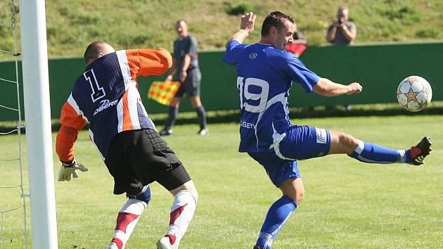 Líšeňský útočník Jiří Jaroš (v modrém).