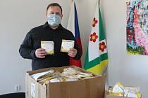 Starosta Březiny na Brněnsku Martin Habáň sehnal přes svého spolužáka z vysoké školy sedm tisíc respirátorů z Číny na za milion korun.