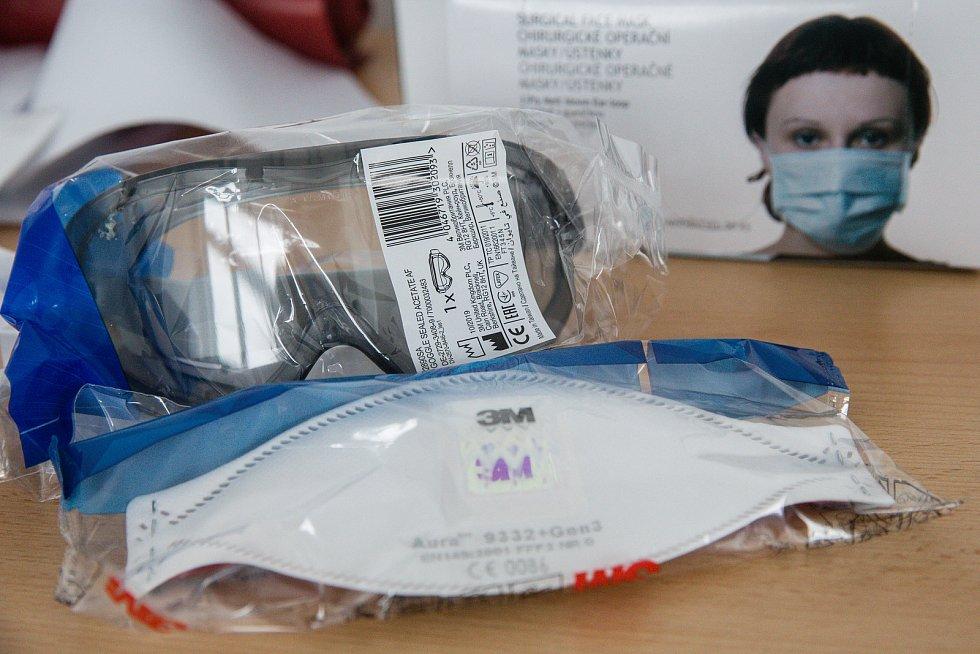 Ochranné brýle a respirátor.