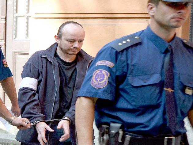 Obviněného Petra Neissera z Lysic vedou k soudu