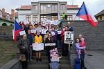 V Kyjově, Strážnici i ve Vacenovicích na Hodonínsku se v úterý podvečer sešlo na demonstracích celkem na 250 lidí. Na snímku demonstranti ve Vacenovicích.