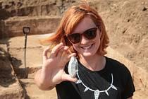 Archeologové objevili 450 kamenných nástrojů na poli mezi brněnskou Líšní a Podolím. K nejvýznamnějším nálezům patřily ty nejmenší – navrtané ulity pokryté červeným okrem.