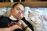 Matka pečující o nemocného syna už několik let bezútěšně shání pomoc. Filip Vrzal napojený na přístroje bez dohledu nevydrží více než pět minut.