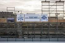 První zamrazená vrstva ledové plochy ohraničená mantinely dodala přesné obrysy aréně za Lužánkami, kde v rámci Hokejových her pod širým nebem nastoupí 3. ledna Kometa Brno proti Plzni.