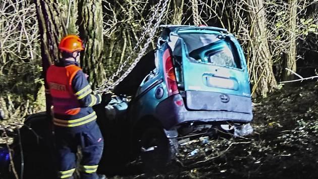 Tragicky skončila čtvrteční cesta mladé řidičky u Želešic na Brněnsku. Před tři čtvrtě na tři odpoledne narazila autem do stromu. Svým zraněním žena na místě podlehla.