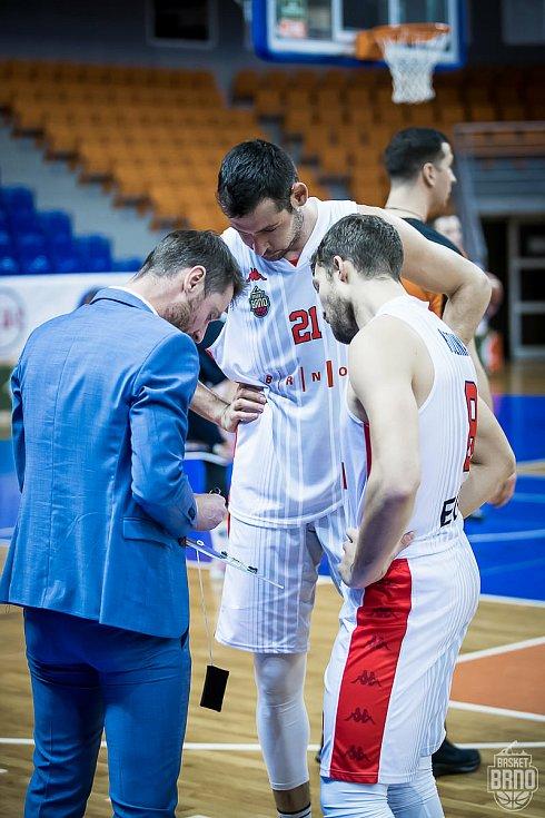 Lubomír Růžička (vlevo) uděluje pokyny kapitánovi brněnského celku Janu Kozinovi (úplně vpravo) a bulharskému reprezentantovi Georgijevovi.