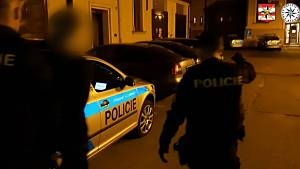 Policisté odvádějí na služebnu mladíka podezřelého z pokusu o znásilnění ženy u brněnské přehrady.