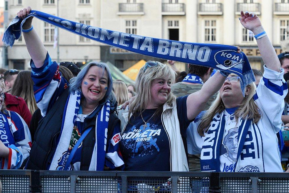 Tři a půl tisíce fanoušků sledovaly první finálový zápas hokejové Komety Brno na Zelném trhu.