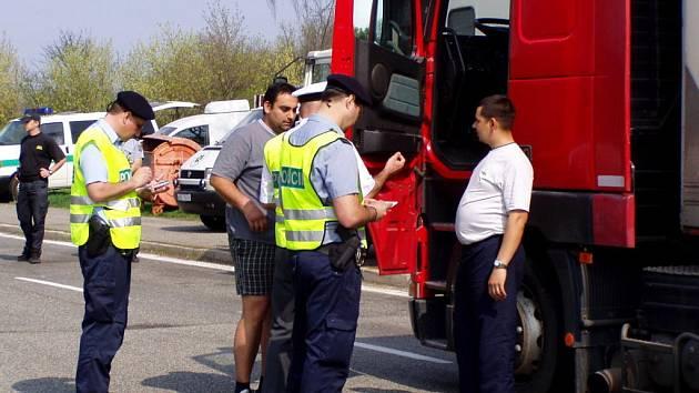 Cizinecká policie kontroluje na dálnici.
