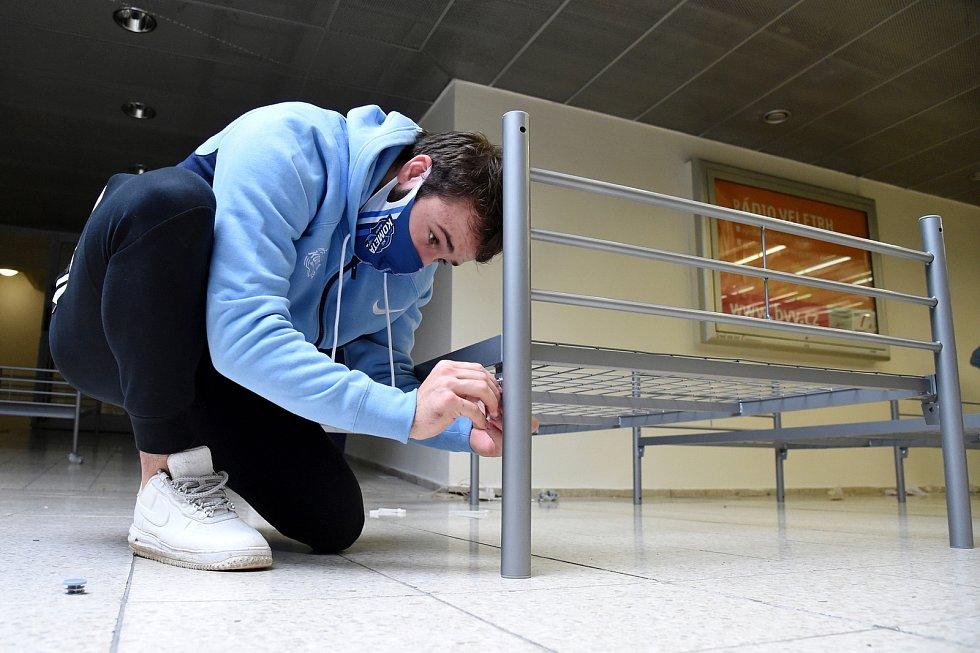 Brno 3.11.2020 - hráči hokejové Komety Brno a realizační tým klubu při montáži postelí v záložní nemocnici na brněnském výstavišti