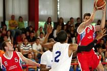 Výběr amerických basketbalových mladíků ze státu Michigan ve středu prohrál s českou reprezentační osmnáctkou v brněnské hale Rosnička 63:76.