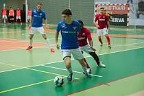 Futsalisté Helasu (na snímku v modrém) sehráli v základní části s Teplicemi dva vyrovnané zápasy.