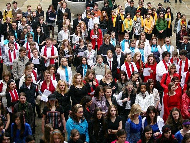 Pět set sboritsů zazpívalo na mezinárodní soutěži Gymnasia cantant na nádvoří Nové radnice.