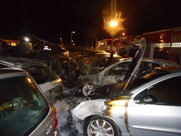 Dvanáct osobních aut poničil požár v autobazaru na Dufkově nábřeží v brněnských Horních Heršpicích.