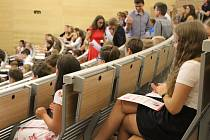 Letošní prváky čtyřletého a šestiletého studia na Gymnáziu Vídeňská vBrně vpondělí přivítal nový rektor Masarykovy univerzity Martin Bareš