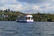 Zásah proti ozbrojeným výtržníkům na lodi trénovali v pondělí na Brněnské přehradě strážníci. Jednalo se o historicky první cvičení, do kterého zároveň zapojili psovody, poříční i pořádkovou jednotku městské policie.