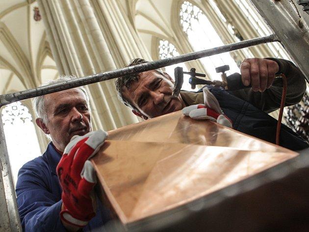 Do opravených prostor brněnského kostela svatého Jakuba zvou v příštích dnech na výstavu. Lidé uvidí vzácné rukopisy a dostanou se i do věže. V úterý uložili schránku s poselstvím pro další generace za jeden z obrazů.
