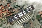 Kontejnerovou loď Ever Given, která téměř týden blokovala Suezský průplav, se podařilo uvolnit. Jak by to vypadalo, kdyby se zasekla v Brně u nádraží.