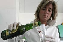 Prověrka jednoho vzorku alkoholu trvá necelou půlhodinu. V laboratoři v bohunickém kampusu zatím otestovali patnáct lahví alkoholu. Dvacet lidí se objednalo na příští týden.