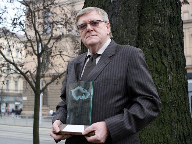 Podnikatel roku 2007 Jihomoravského kraje Jiří Fusek s trofejí.