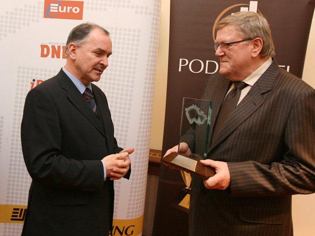 Hejtman Stanislav Juránek předává trofej podnikateli roku 2007 Jihomoravského kraje.