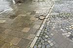 Poničená dlažba na prostranství před supermarketem Albert a v jeho okolí na Mendlově náměstí v Brně, stav z loňského roku.