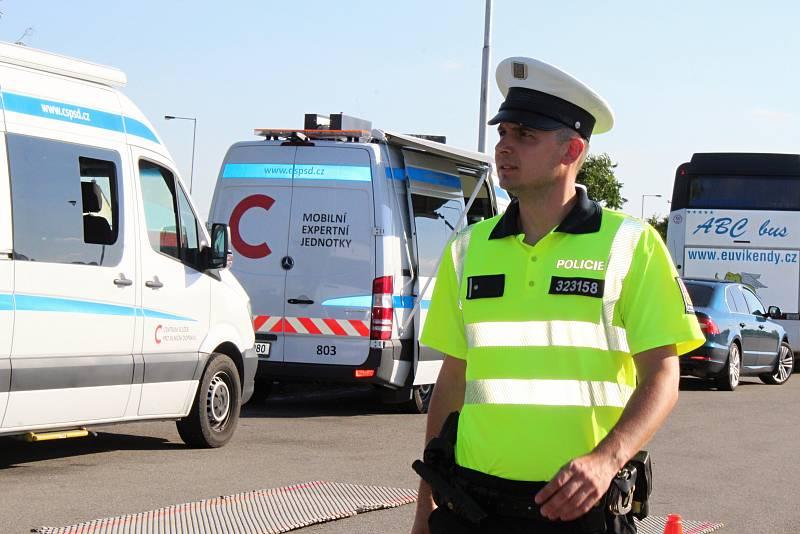 Policisté kontrolovali na odpočívadle u dálnice D52 u Rajhradu autobusy a jejich řidiče. Ilustrační foto.