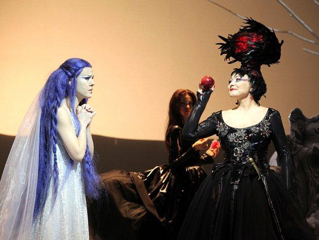Pavla Vykopalová v roli Rusalky podala svůj životní výkon, démonickou Ježibabu ztvárnila Helena Zubanovich.