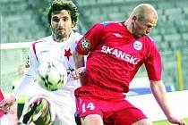 ZMĚNILI PŮSOBIŠTĚ.  Tenhle souboj už se opakovat nebude. Zatímco Aleš Besta (v červeném) vyměnil brněnský dres za sešívaný, bývalý obránce Slavie Matej Krajčík v zimě přestoupil do Itálie.