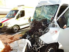 Dva zraněné si vpondělí krátce po třetí hodině odpoledne vyžádala dopravní nehoda poblíž nákupního centra Olympia.