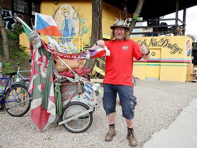 Padesátiletý Michael Bensch cestuje na kole po Evropě.