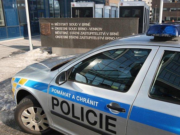 Areál Justičního paláce prohledávali policisté i zvláštní jednotky.