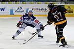 Domácí HC Kometa Brno v bílém (Ondřej Němec) proti HC Litvínov (Filip Helt).