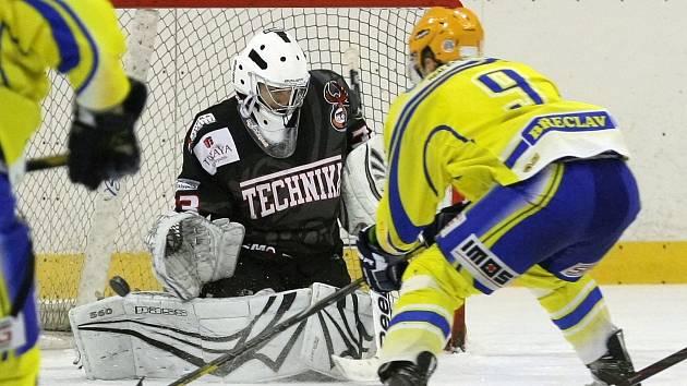 První čtvrtfinálový zápas mezi Technikou (v černém) a Břeclaví zvládli lépe domácí. Brňané vyhráli 2:1.