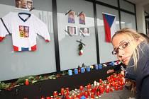 Stovky lidí ve čtvrtek v Brně u Kajot Areny, bývalého Ronda, uctili památku zesnulých hokejistů Karla Rachůnka, Jana Marka a Josefa Vašíčka.