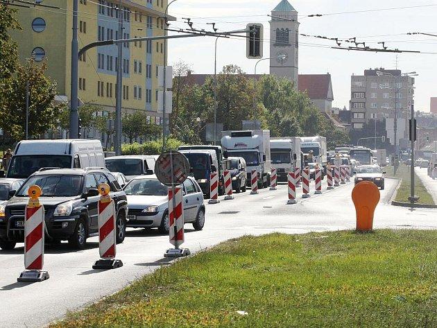 Kolona aut na Staré osadě v Brně.