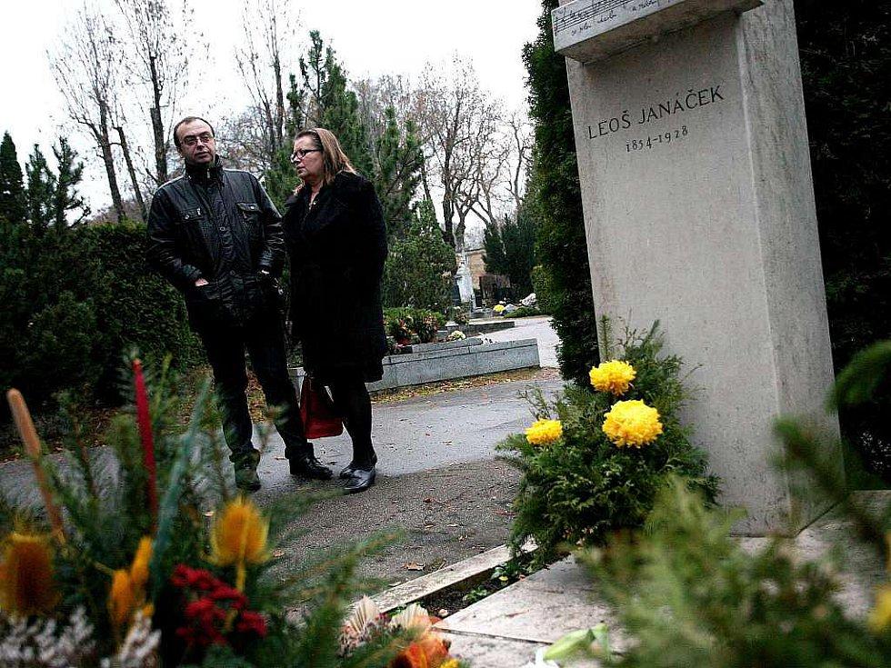 Režisér Dmitry Bertman u hrobu Leoše Janáčka.