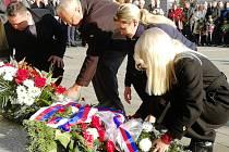 Hold Masarykovi. U sochy prvního prezidenta se nahromadily květiny.