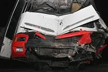 Autobus dopravního podniku se dvěma cestujícími naboural a začal hořet.