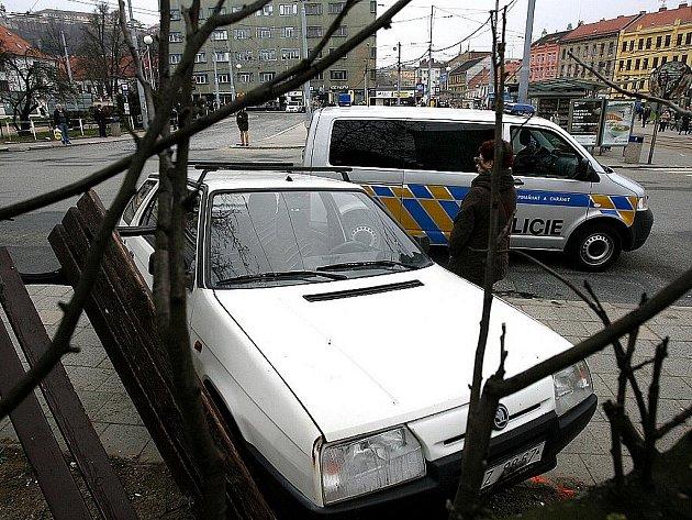 Štěstí v neštěstí měli v pondělí ráno lidé, kteří na Mendlově náměstí čekali na autobus linky 44. Na zastávku totiž najelo osobní auto. Při nehodě se ale naštěstí nikomu nic nestalo.