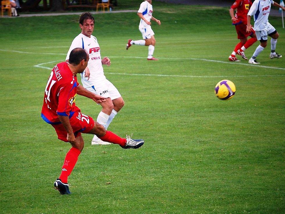 Fotbalisté 1. FC Brno vyhráli nad 1. HFK Olomouc 2:0 - Polách centruje.