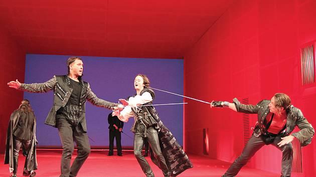 Brněnští herci si v inscenaci Romea a Julie poradili i s několika obtížnými šermířskými souboji (na snímku zleva Petr Halberstadt, Jakub Šafránek a Petr Bláha).
