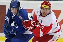 Hokejista brněnské Komety Adam Raška (vlevo).