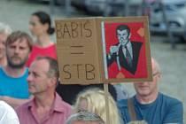 Na podporu požadavků spolku Miion chvilek pro demokracii a proti premiérovi Andrej Babišovi se na demonstraci ve Znojmě na Masarykově náměstí sešly v úterý přes dvě stovky lidí.