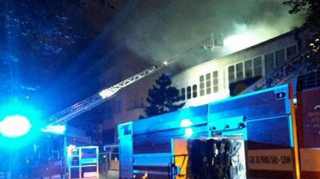 Zraněním jednoho z hasičů skončil pondělní noční požár v centru Brna. Ze sousedního domu kvůli němu museli evakuovat obyvatele.