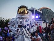 Noční vystoupení akvabel, malování světelnými trubicemi nebo filmové představení shlédly tisíce návštěvníků Úplňkové noci na brněnské hvězdárně. Sedmačtyřicáté výročí přistání člověka na Měsíci připomněl i kosmounaut v replice skafandru.
