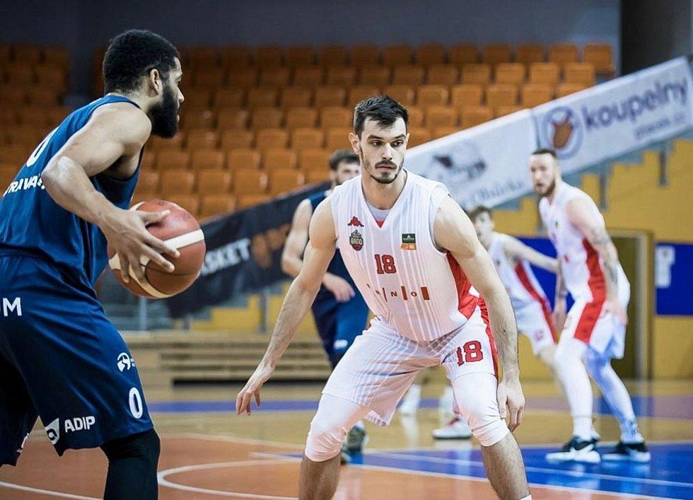 Viktor Půlpán (v bílém) patří podle trenéra Lubomíra Růžičky stabilně k nejlepším obráncům Národní basketbalové ligy.
