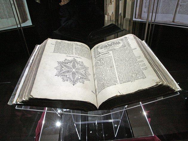 Ve výstavní síni Dietrichsteinského paláce Moravského zemského muzea na Zelném trhu vBrně je originál knihy rozevřen na začátku Knihy Jobovy. Další stránky si lze prohlédnout díky dvěma projekčním plátnům.