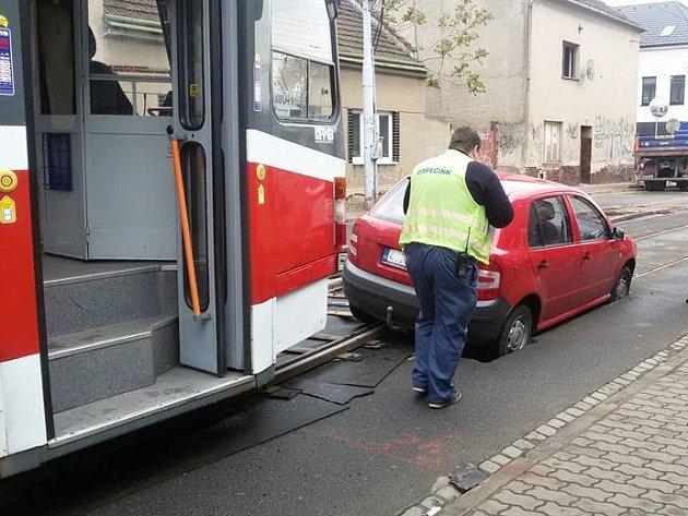 Další řidič zapadl s autem v kolejišti v úseku Tržní – Životského.