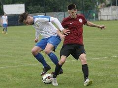 Fotbalisté Tišnova (v bílém) se po vítězství 1:0 nad Spartou Brno dostali do čela krajského přeboru.